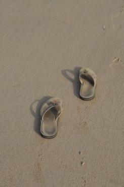 Schoenen op strand