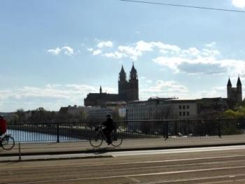 Groene stad, groene, kleurige citadelMaagdenburg: halve bollen en een...