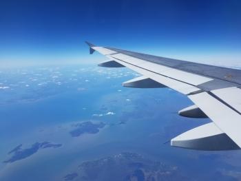Vliegtuig in blauwe lucht